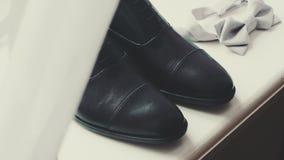 Zapatos negros del elegand almacen de metraje de vídeo