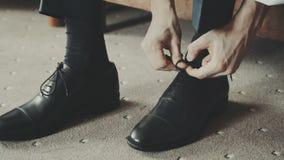 Zapatos negros del elegand metrajes