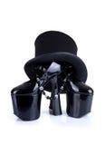 Zapatos negros del fetiche con el sombrero de copa y el collar Imágenes de archivo libres de regalías