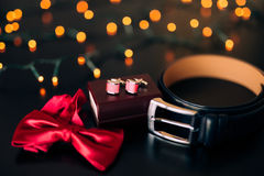 Zapatos negros del novio, corbata de lazo roja, mancuernas, correa, en un bla Fotos de archivo