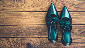 Zapatos negros del tacón alto en la madera Fotografía de archivo