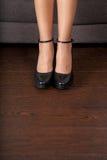 Zapatos negros inclinados mínimos en el entarimado Foto de archivo libre de regalías