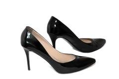 Zapatos negros para el tacón alto de las mujeres en un fondo blanco Imagen de archivo