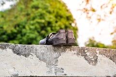Zapatos negros secos del estudiante en el sol fotografía de archivo