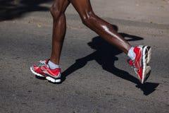 Zapatos Nike de las piernas del maratón Fotografía de archivo libre de regalías