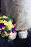 Zapatos, novia, vestido de boda y ramo nupcial Foto de archivo