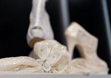 Zapatos nupciales blancos en un estante imagen de archivo