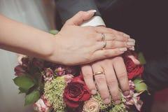 Zapatos nupciales de los amantes de los anillos de bodas Fotografía de archivo libre de regalías