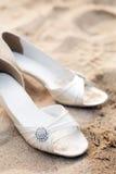 Zapatos nupciales en el banquete de boda de la playa Imagen de archivo