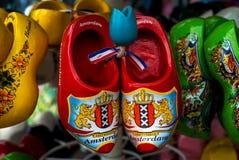 Zapatos o estorbos de madera (Klompen) en Amsterdam, los Países Bajos Fotografía de archivo