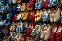 Zapatos o estorbos de madera (Klompen) en Amsterdam, los Países Bajos fotos de archivo