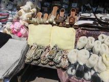 Zapatos orientales en el contador foto de archivo