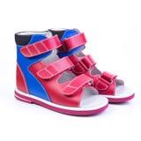 Zapatos ortopédicos del ` s de los niños en un fondo blanco Fotos de archivo