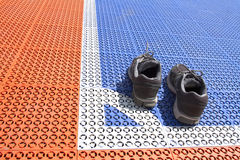 Zapatos oscuros en el campo de Futsal fotografía de archivo