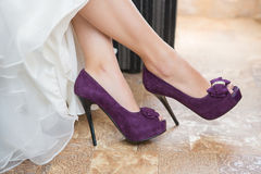 Zapatos púrpuras de la boda Foto de archivo libre de regalías