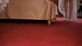 Zapatos para andar de la novia en el cuarto almacen de video