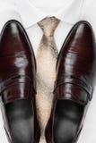 Zapatos para hombre clásicos, lazo y camisa blanca Imagen de archivo libre de regalías