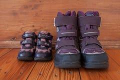 Zapatos para los niños y el adulto Imagenes de archivo