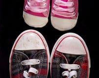 Zapatos pequeños y grandes Imagenes de archivo