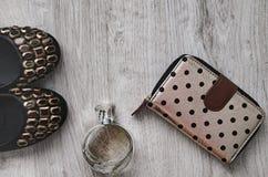 Zapatos, perfume, monedero Imagen de archivo