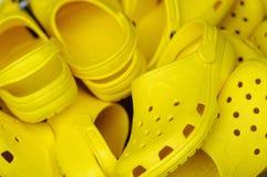 Zapatos plásticos amarillos de la playa Fotos de archivo