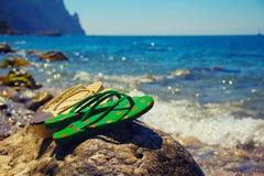 Zapatos planos coloridos en la playa Fotos de archivo