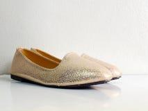 Zapatos planos de Adies con el fondo de la copia del espacio Imagenes de archivo