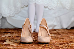 Zapatos poner crema de la boda Imagenes de archivo