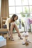 Zapatos que intentan de la mujer encendido Foto de archivo libre de regalías