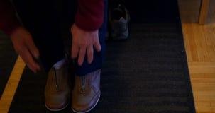 Zapatos que llevan de la mujer mayor almacen de video