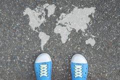 Zapatos que se colocan delante del mundo Fotografía de archivo