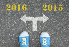 Zapatos que se colocan en el cruce - 2016 o 2015 Imágenes de archivo libres de regalías