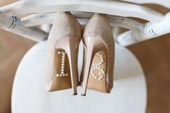 Zapatos que se colocan en silla Fotografía de archivo libre de regalías