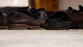 Zapatos que se sientan en piso almacen de video