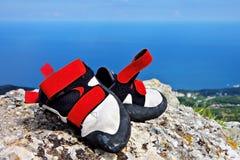 Zapatos que suben en una roca Fotografía de archivo libre de regalías