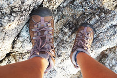 Zapatos que suben para emigrar en montaña Foto de archivo