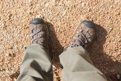 Zapatos que suben para emigrar en montaña Fotografía de archivo libre de regalías