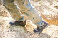 Zapatos que suben para emigrar en montaña Fotos de archivo libres de regalías