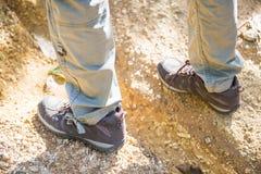Zapatos que suben para emigrar en montaña Fotos de archivo