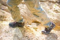 Zapatos que suben para emigrar en montaña Imágenes de archivo libres de regalías