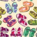 Zapatos recién nacidos para las muchachas Golpeteo inconsútil Ejemplo del vector en fondo anaranjado claro Fotografía de archivo libre de regalías
