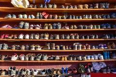 Zapatos regulares fuera del pasillo de la escritura Foto de archivo libre de regalías