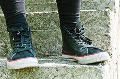 Zapatos retros en las escaleras Foto de archivo libre de regalías