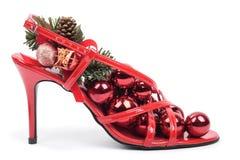 Zapatos rojos con las decoraciones de Navidad Fotografía de archivo