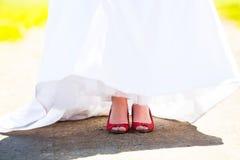 Zapatos rojos de la boda de la novia Fotografía de archivo