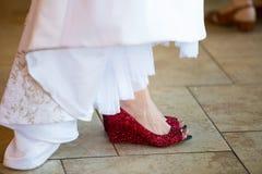 Zapatos rojos de la boda de la novia Imagen de archivo libre de regalías