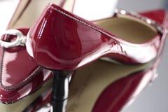 Zapatos rojos del alto talón de las señoras Imágenes de archivo libres de regalías