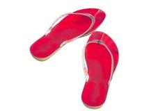 Zapatos rojos usados de la chancleta aislados en blanco Foto de archivo