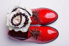 zapatos rojos y perlas negras Fotografía de archivo