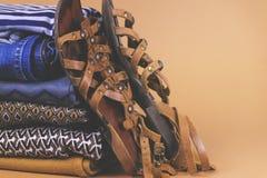 Zapatos, ropa y accesorios del ` s de las mujeres en un fondo coloreado Fotografía de archivo